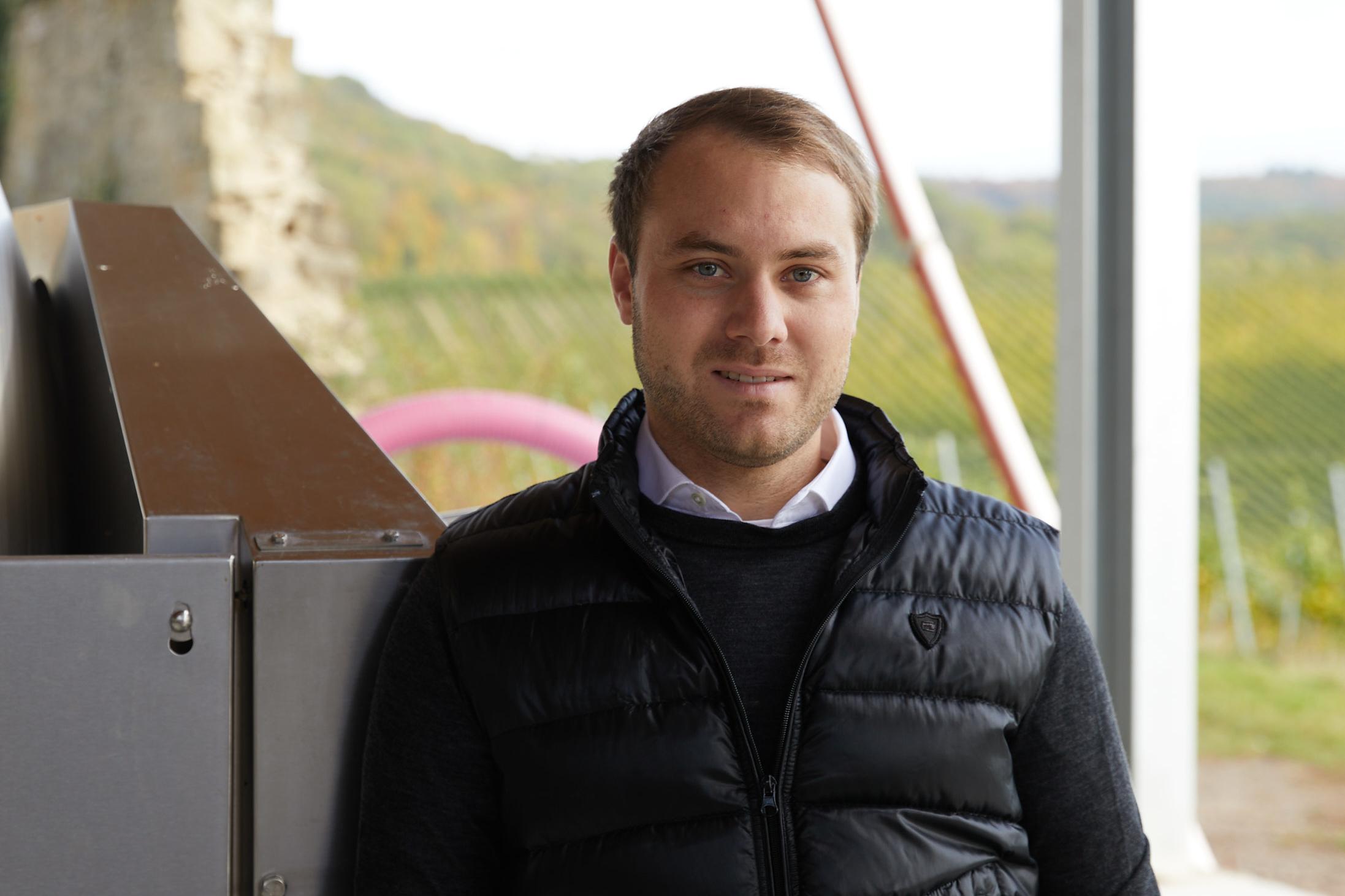 Betriebsleiter Maximilian Czeppel vor dem Weingut von Schloß Frankenberg